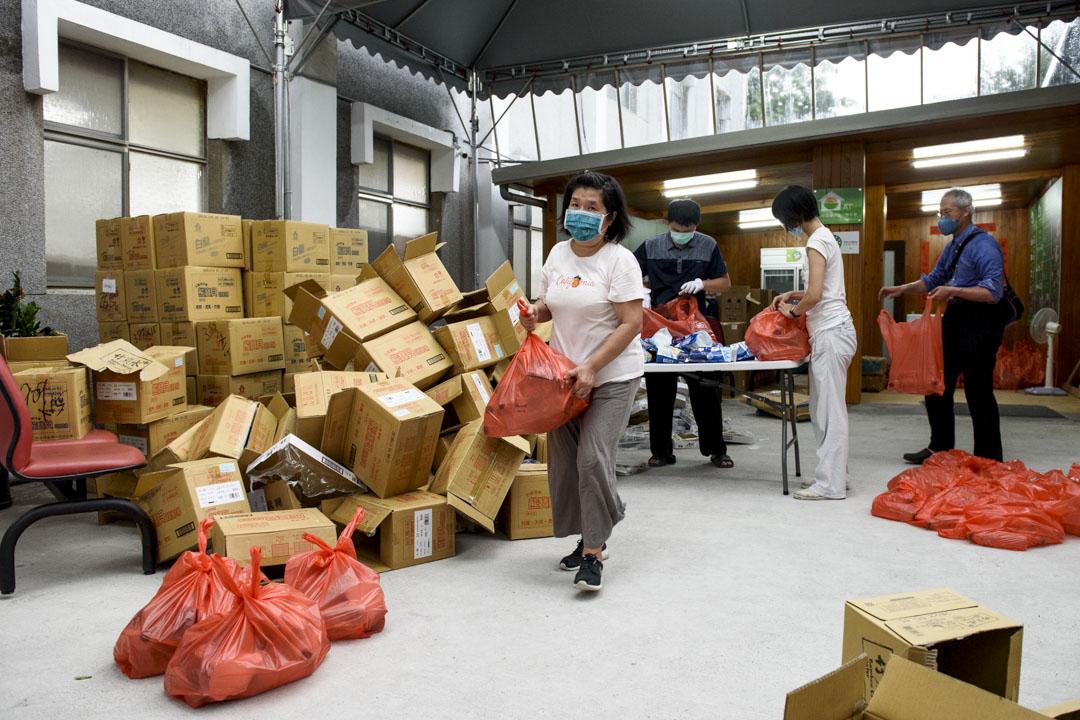 方荷生里長成立的南機場幸福食物銀行志工正在分裝防疫食物包。