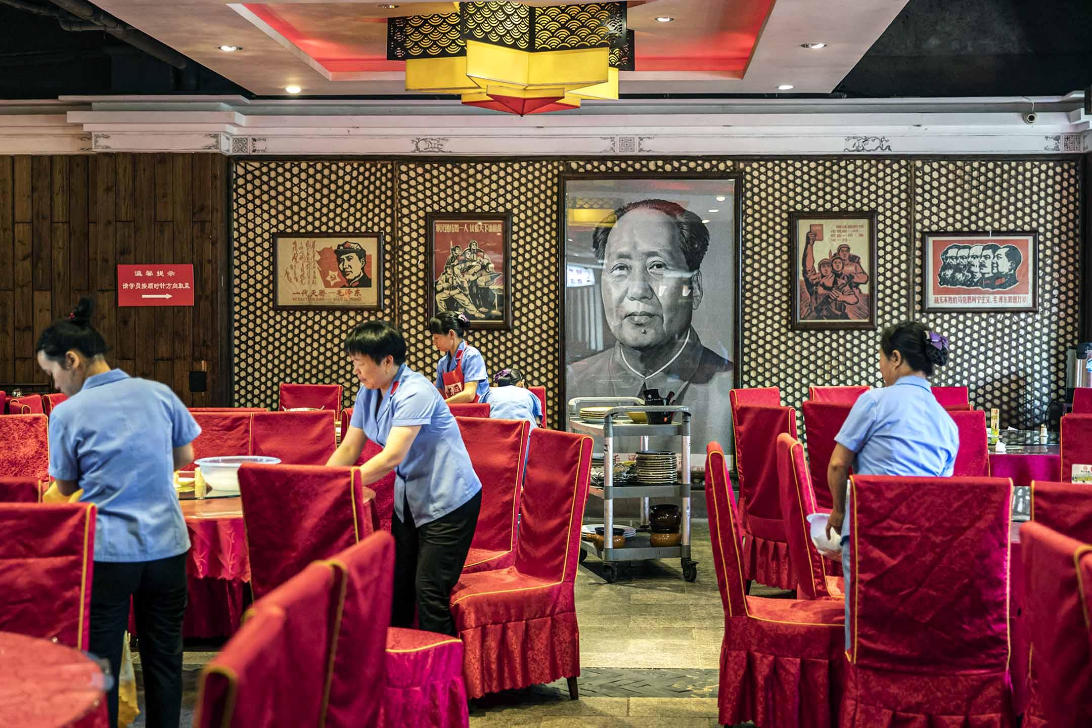 2019年9月21日中國江西井岡山,一家餐館的牆上懸掛著毛澤東的肖像。
