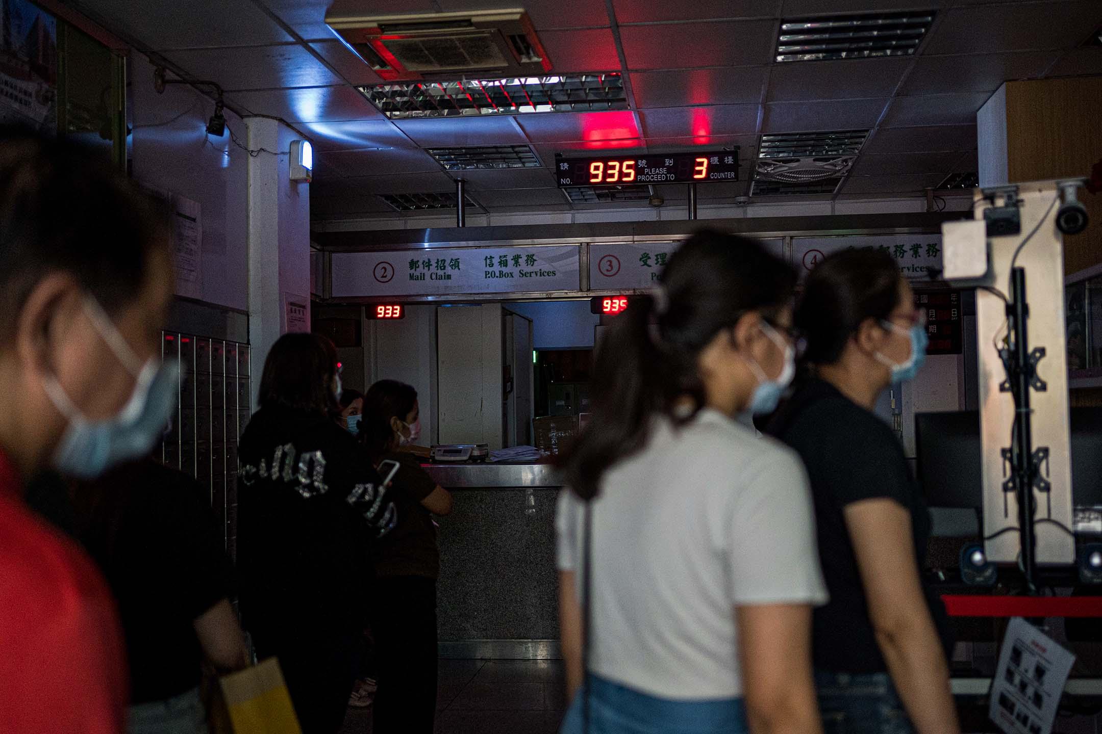 2021年5月13日台北,停電期間市民在郵局等候。