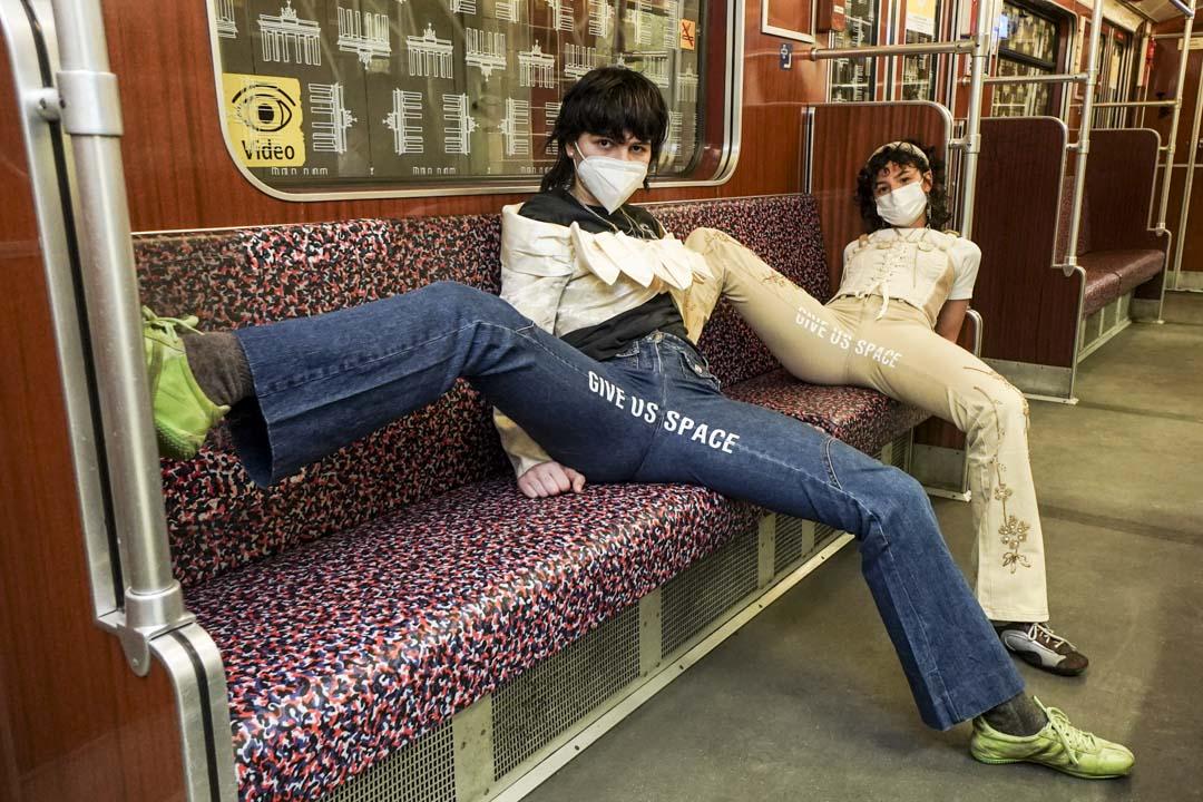 2021年1月22日,柏林兩位設計師Mina Bonakdar和Elena Buscaino穿著「反抗褲」在地鐵上。 攝:Jörg Carstensen/picture alliance via Getty Images