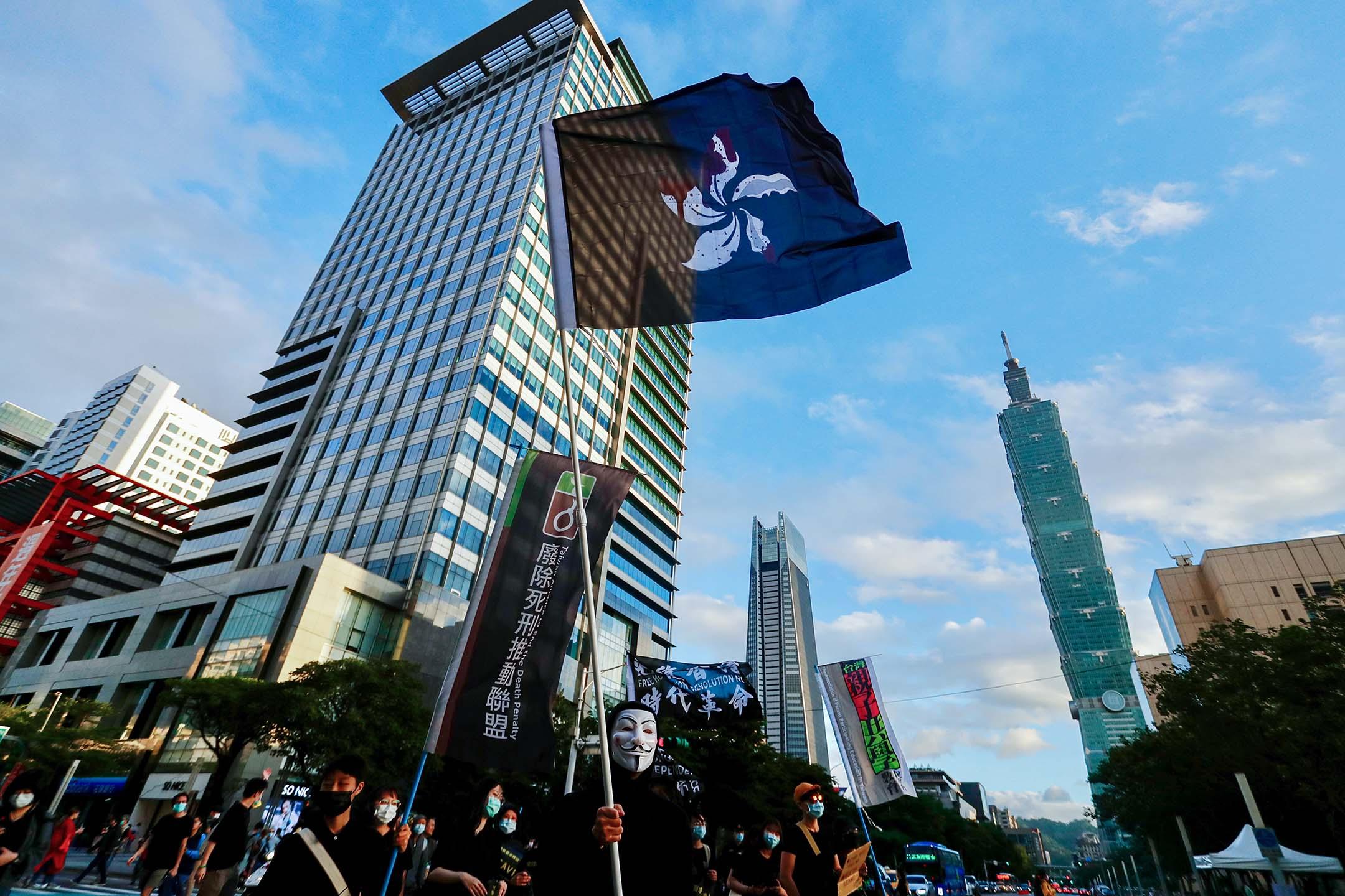 2020年10月25日台北,示威者身穿黑衣,手持標語和香港獨立旗幟,高喊口號,要求釋放被中國執法人員逮捕的12名香港人,他們遊行到香港經濟貿易文化辦事處附近結束遊行。 攝:Ceng Shou Yi/NurPhoto via Getty Images