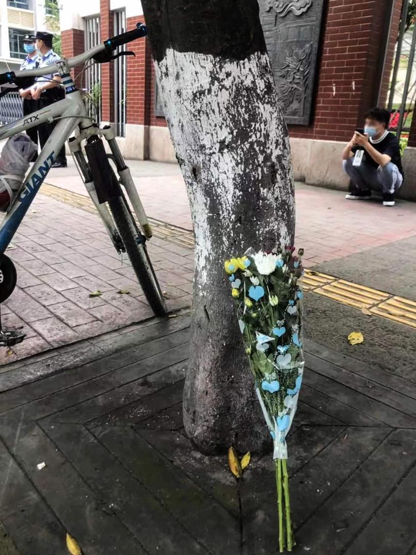 2021年5月11日,成都49中学生林唯麒堕楼身亡,有民众到场悼念,与警员一番争执后,才被允许把一束鲜花放在学校门口的树旁。
