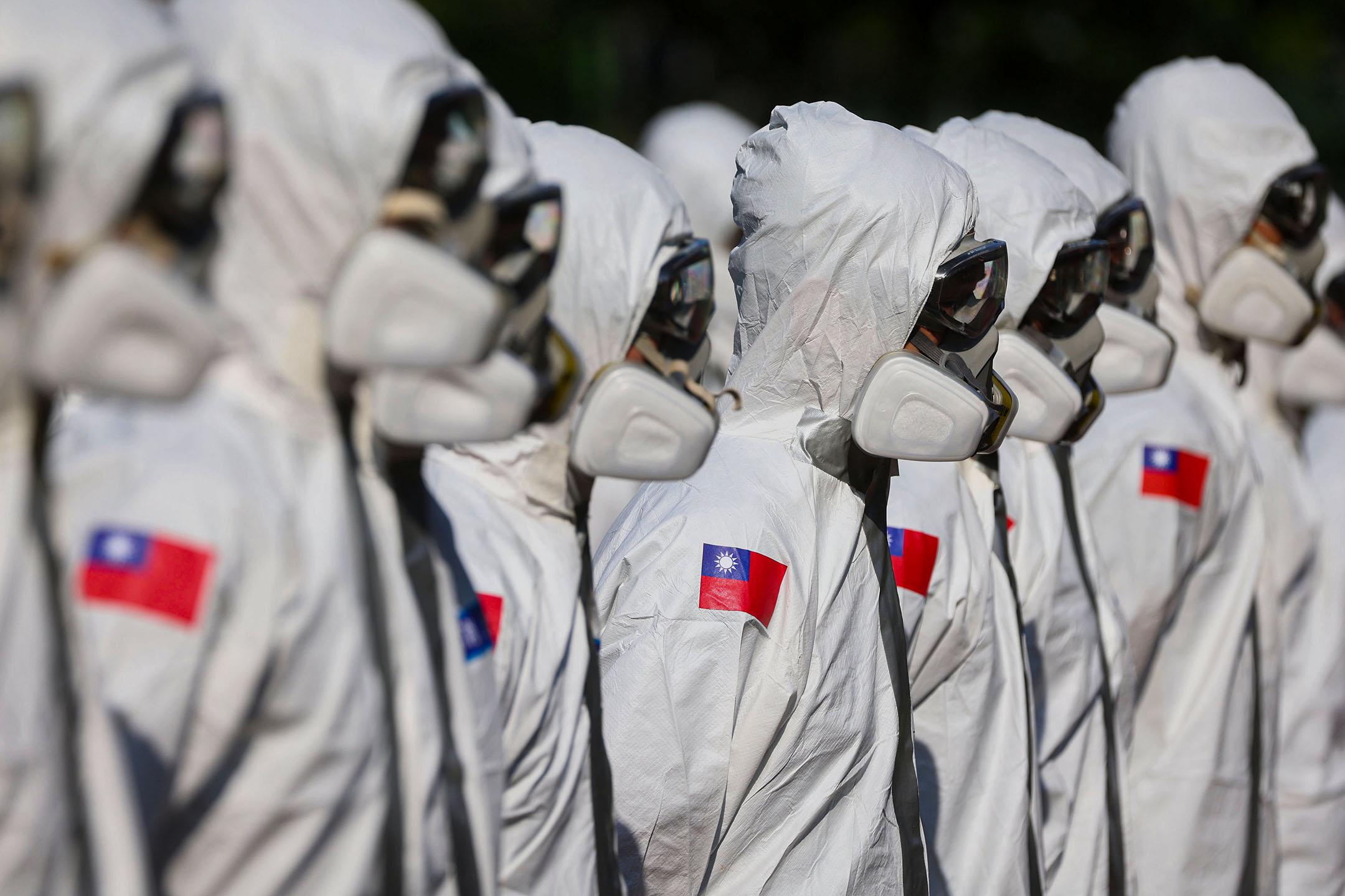 2021年5月16日台灣台北,士兵們在等待於萬華區進行清潔消毒。 攝:Ann Wang/Reuters/達志影像