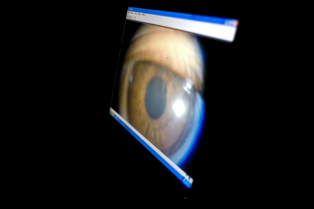 電腦屏幕上出現的一隻眼睛。 攝: Ryan Pyle/Corbis via Getty Images