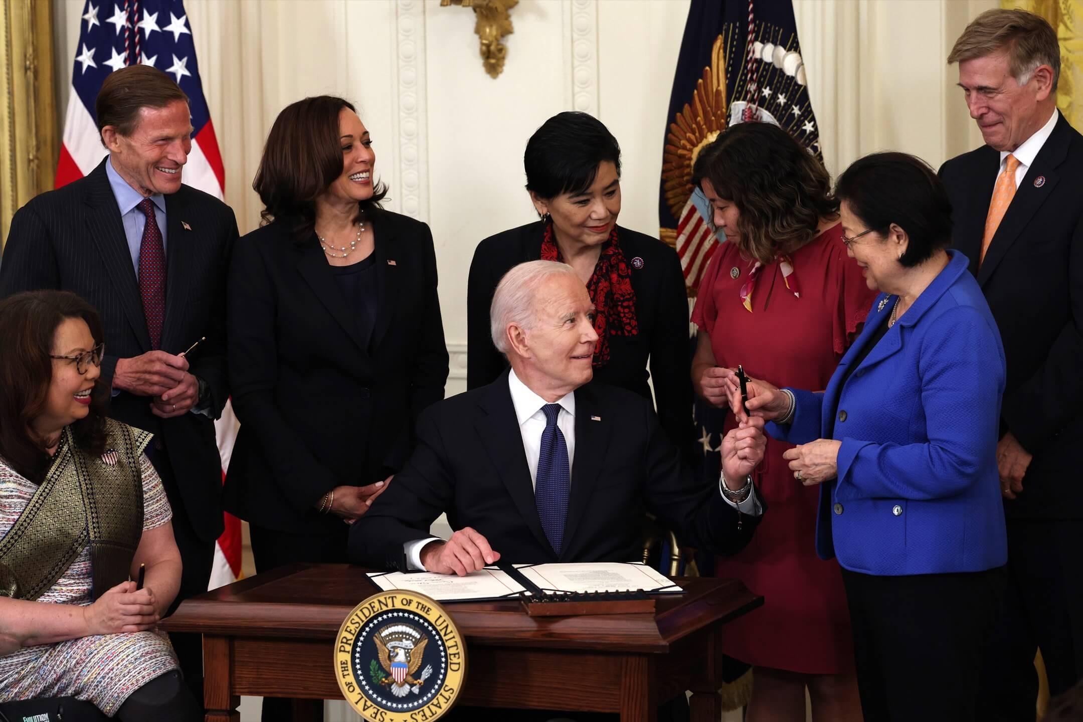 2021年5月20日,美國總統拜登在白宮東廳簽署反歧視亞裔法案,副總統賀錦麗、首位華裔女性眾議員趙美心(Judy Chu,中後)等人在場見證。 攝:Anna Moneymaker/Getty Images