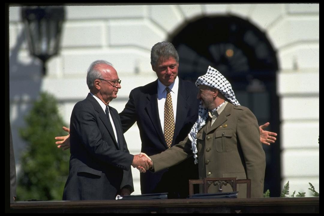 1993年9月13日,以色列和巴勒斯坦之間在挪威談判終告成功,拉賓與阿拉法特在時任美國總統克林頓陪同下握手。