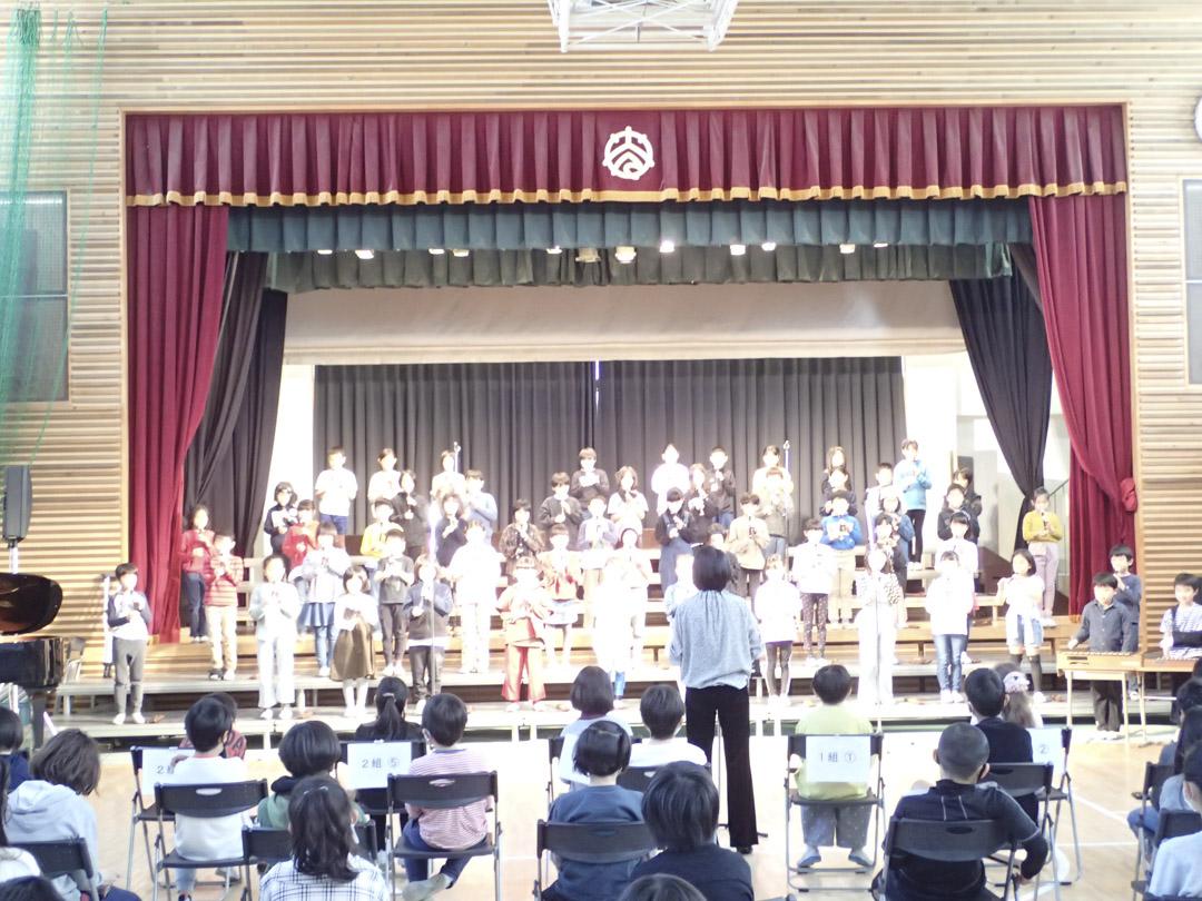 和光小學三年級生舉辦第一次歌舞晚會,是一種莊重而輕鬆的演出。