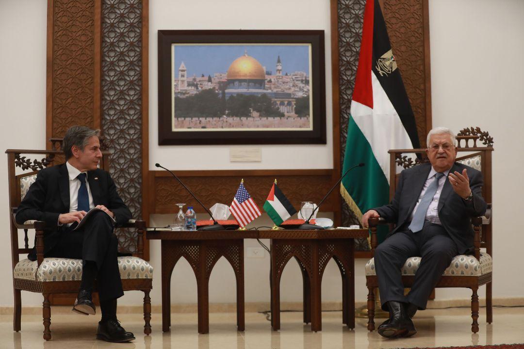 2021年5月25日,約旦河西岸拉姆安拉(Ramallah),美國國務卿布林肯(Antony Blinken)與巴勒斯坦總統阿巴斯(Mahmoud Abbas)會談。 攝:Issam Rimawi/Getty Images