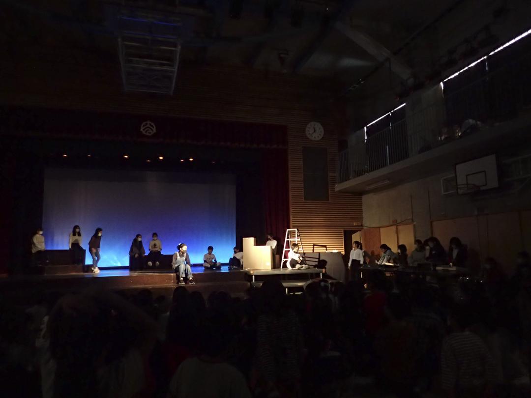 和光小學中高年級戲劇組的學生在舞台上表演。