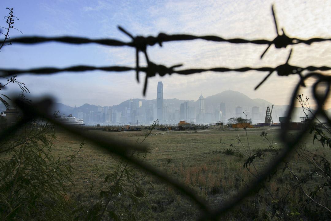 2006年2月21日,被鐵絲網包圍的西九龍文化區,仍是一片荒涼。