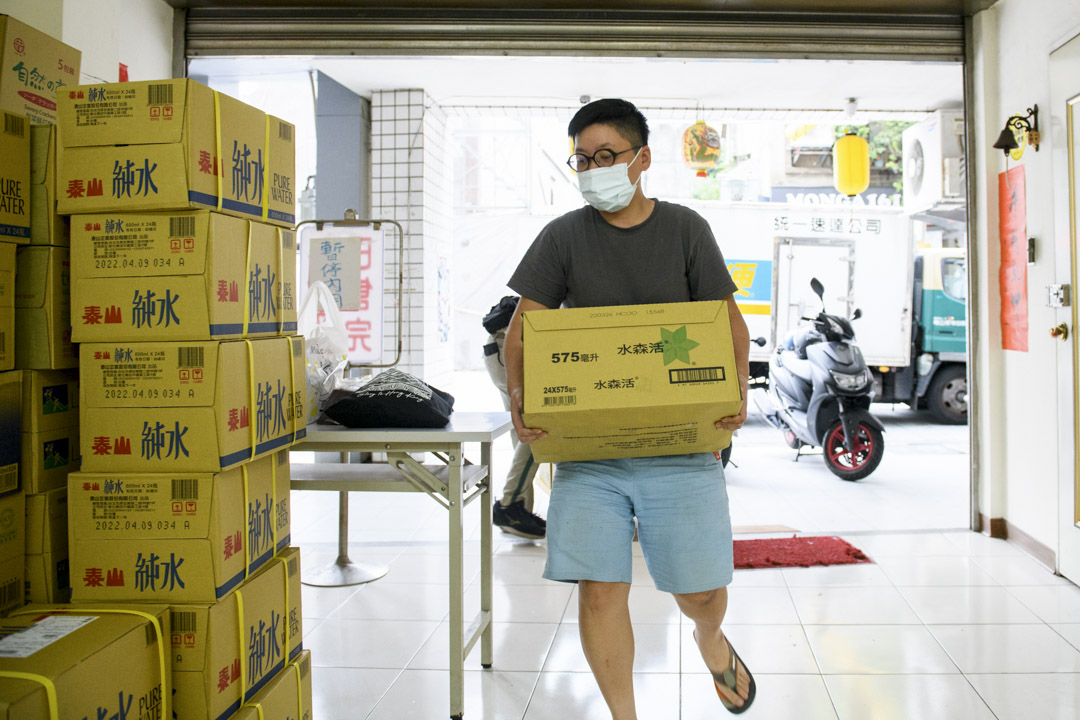萬華在地店家涼粉伯老闆辜凱鈴開放店面做臨時物資站。