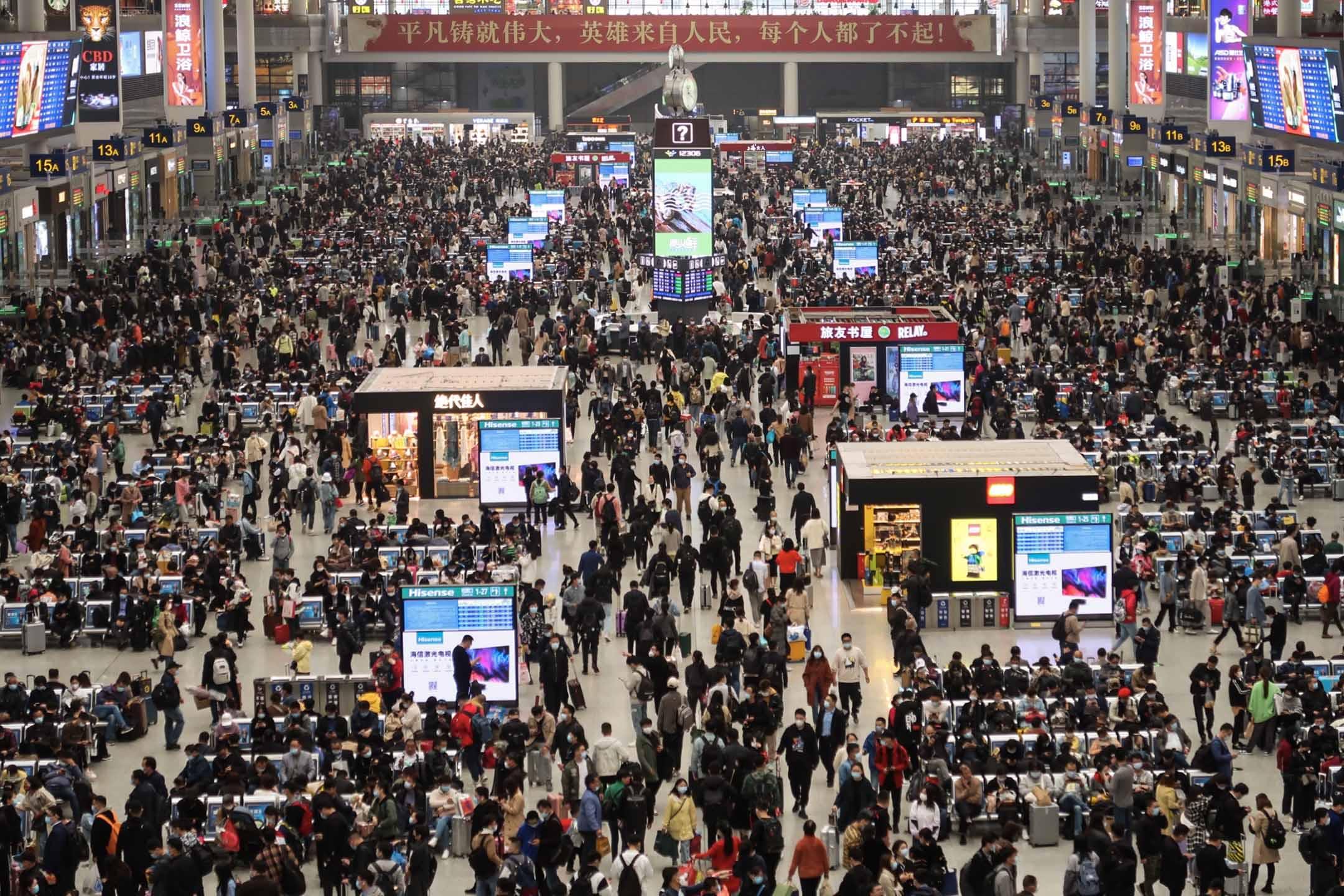 2021年4月2日上海,清明節假期,乘客擁擠在火車站。