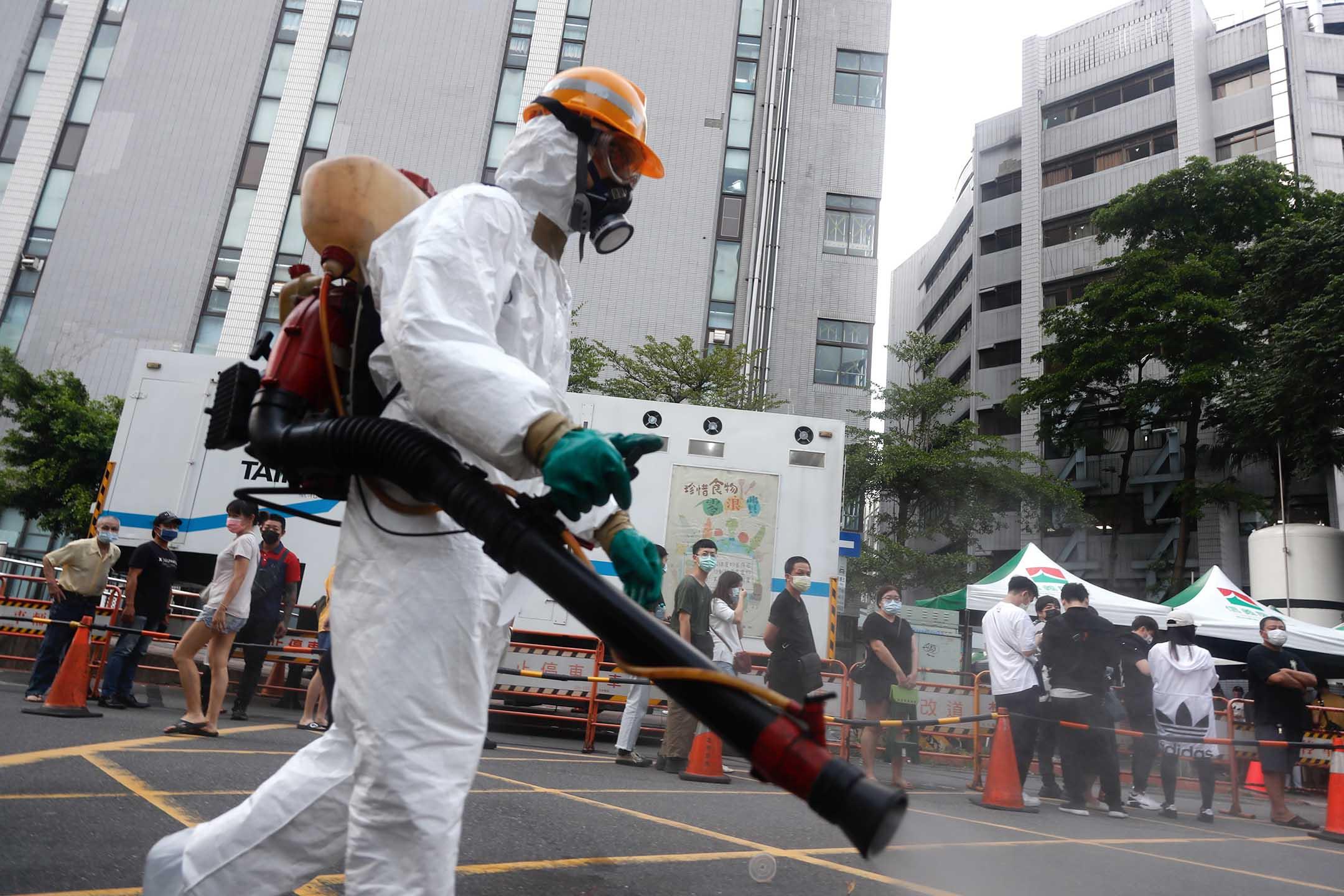2021年5月15日台北,市民在一家醫院排隊接受2019冠狀病毒測試。