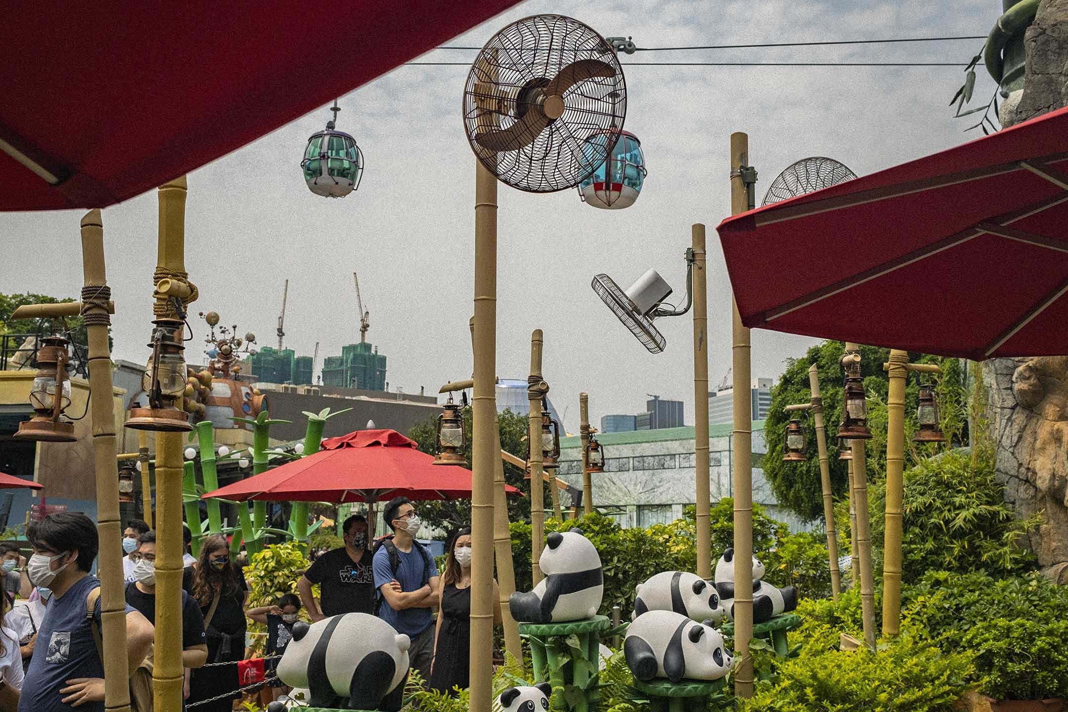 2021年4月3日,市民排隊進場看熊貓。