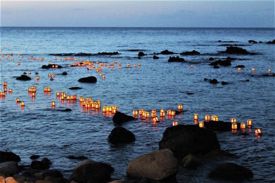 「賽の河原祭」於每年在6月22、23日舉行,入夜後伴隨僧人們莊嚴的誦經聲,人們在海上施放水燈,或紀念亡者,或普渡孤魂野鬼。