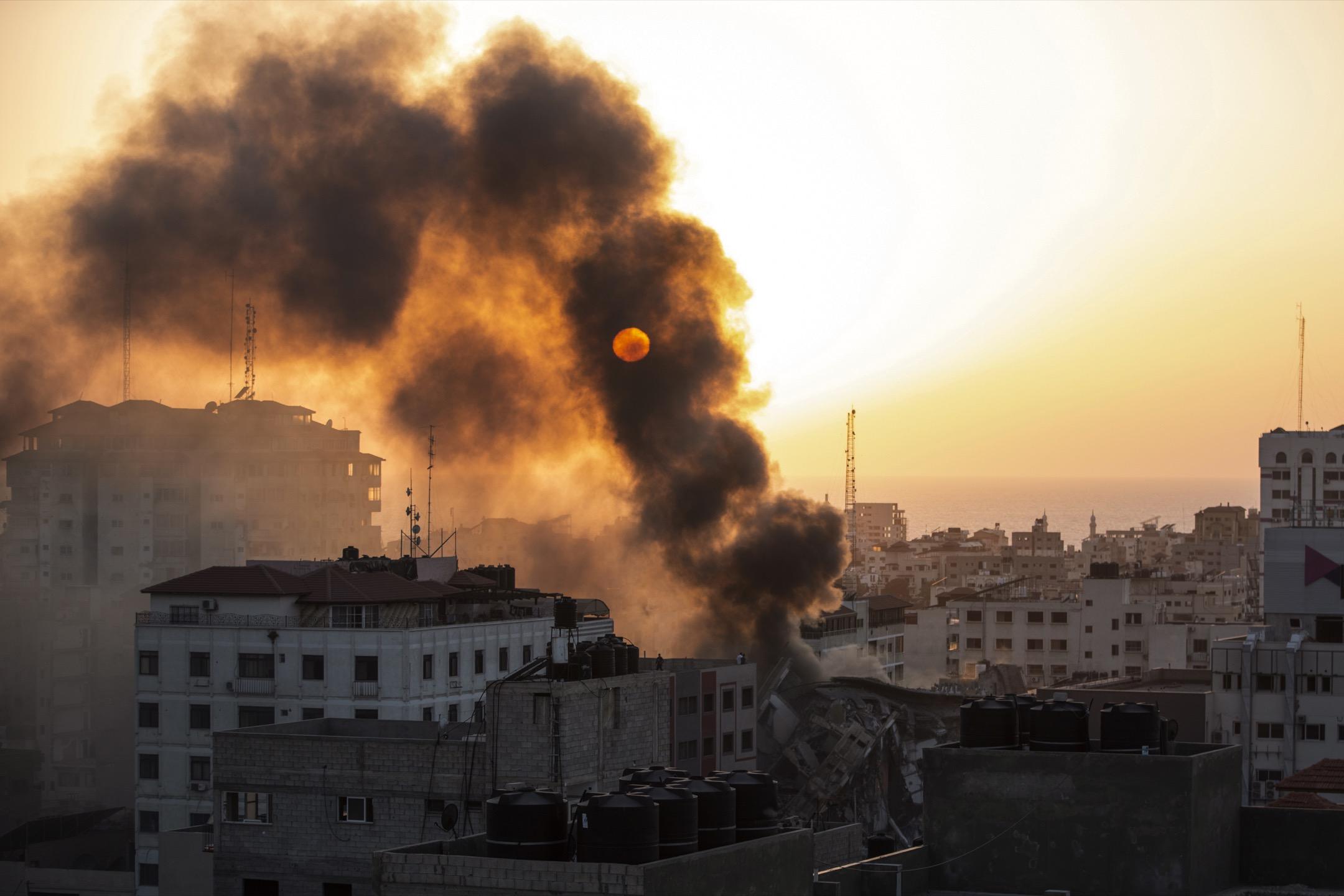 2021年5月12日,加沙市一座建築物被一枚以色列發射的火箭炮炸毀。