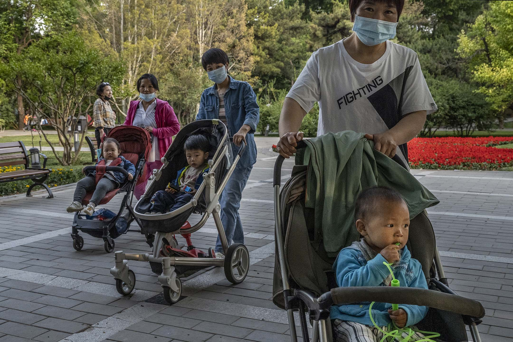 2021年5月12日中國北京 ,一個地方公園裡婦女們推著孩子逛公園。