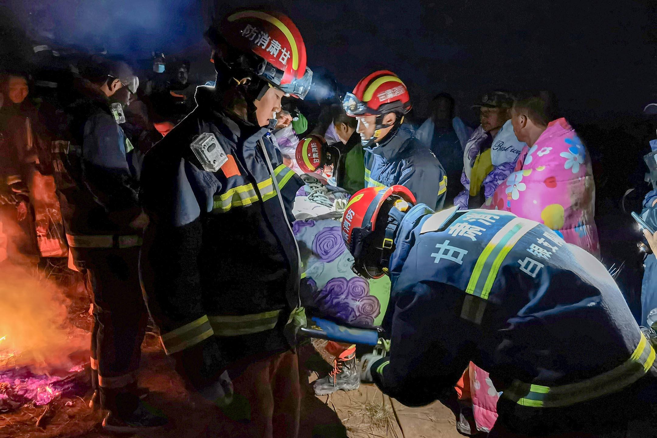 2021年5月22日中國甘肅省白銀市,馬拉松參賽者遇到極端寒冷的天氣,救援人員在場搶救。 圖:cnsphoto via Reuters/達志影像