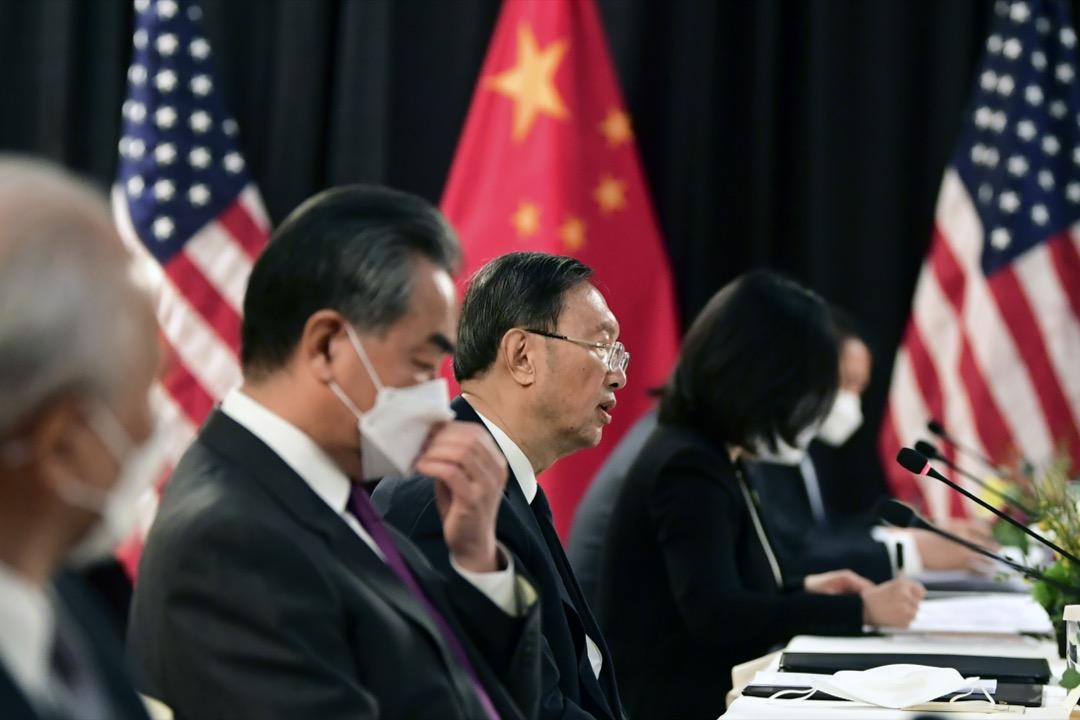 中國外事工作委員會辦公室主任楊潔篪(中)與中國外長王毅(左)。