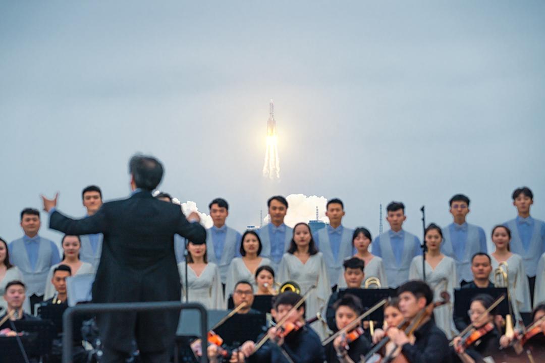 2021年4月29日,中國在文昌航天發射場發射長征五號火箭,西安交響樂團在發射場附近的一個海灘合奏。 攝:Zhu Entong / VCG via Getty Images