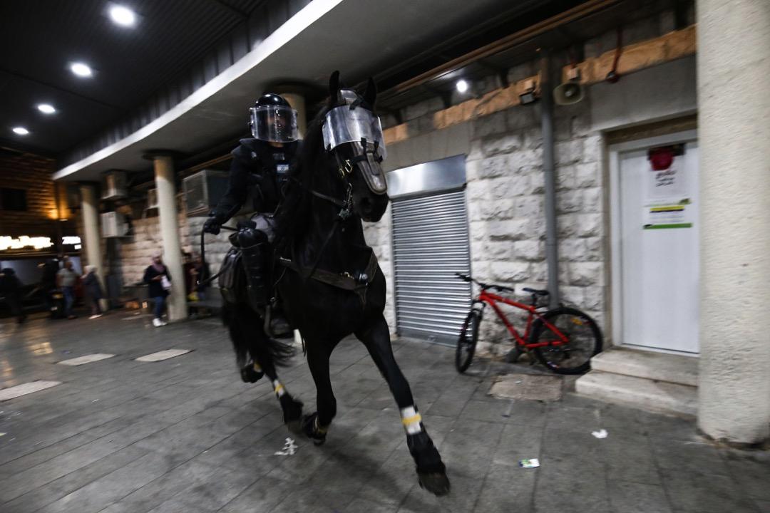 2021年5月9日,耶路撒冷阿克薩清真寺,一名以色列部隊騎兵驅散寺內的示威者。