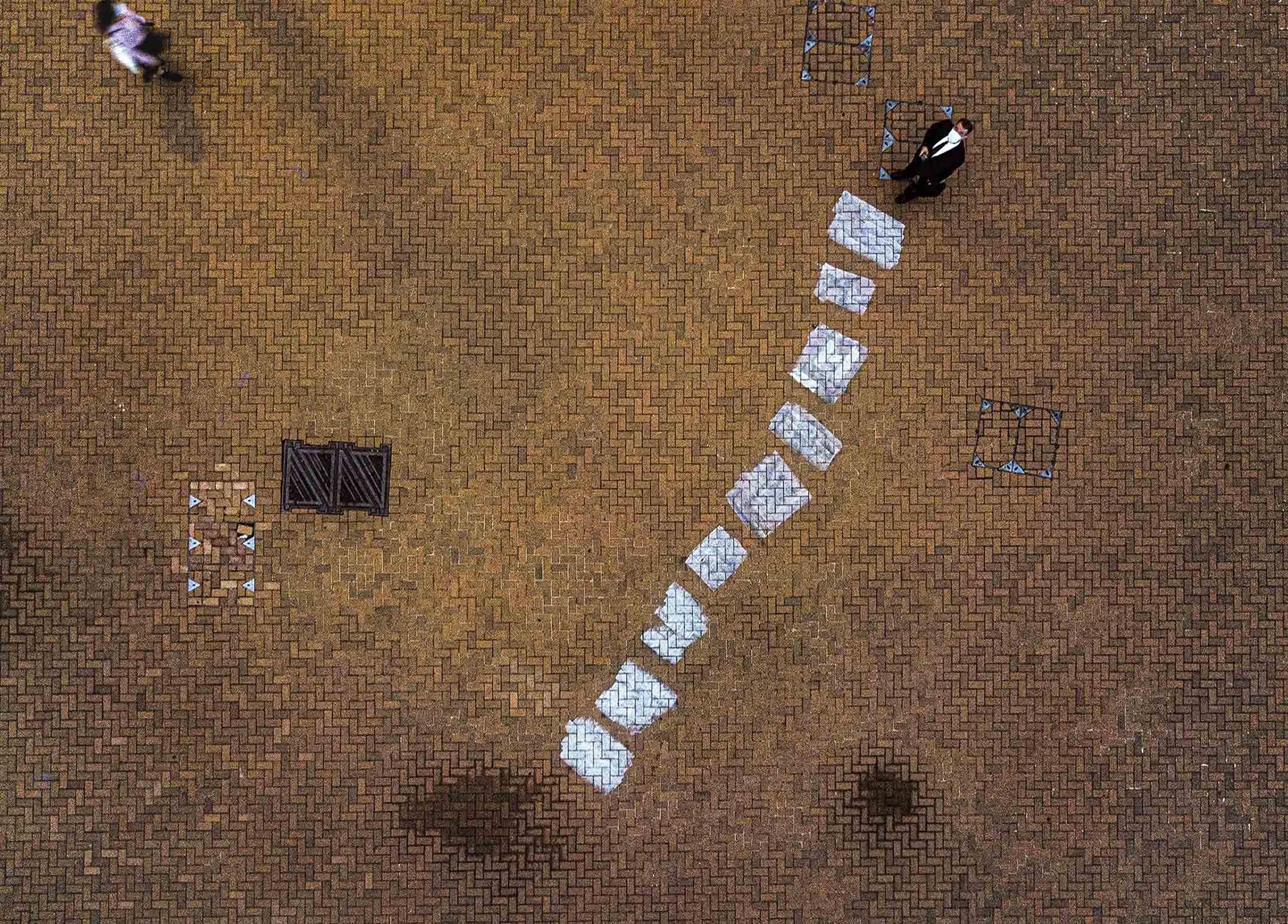 2020年9月15日中環愛丁堡廣場,2019年反修例運動示威者寫於地上的塗鴉被覆蓋,只留下一堆痕跡。