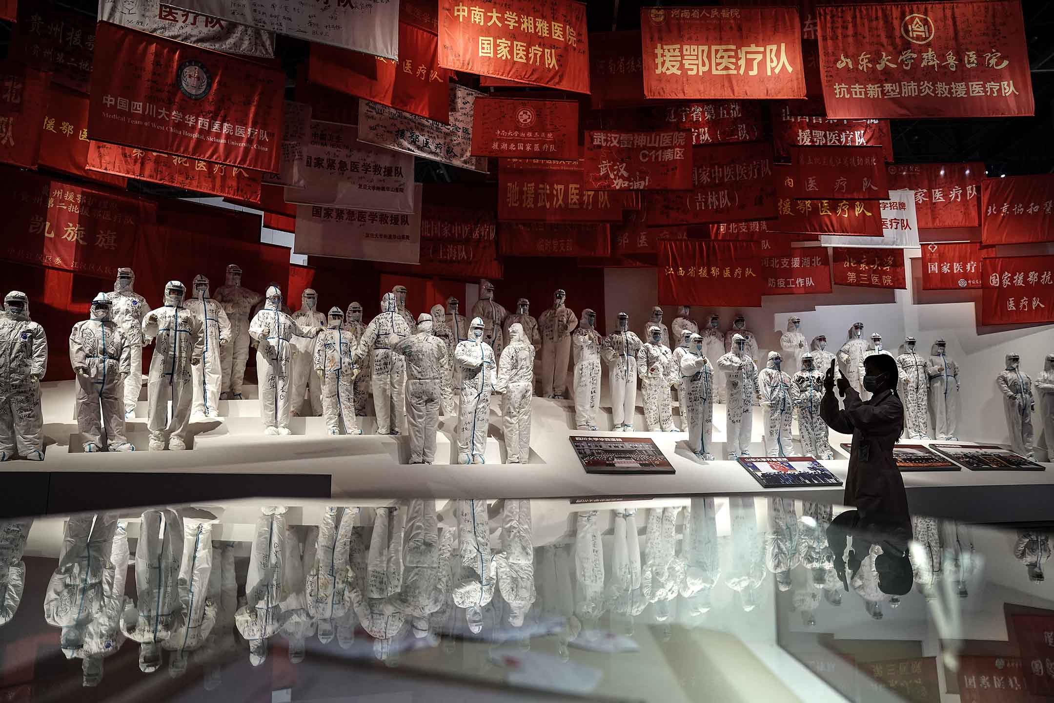 2020年10月15日武漢,一位遊客在拍攝關於中國抗疫的展覽。