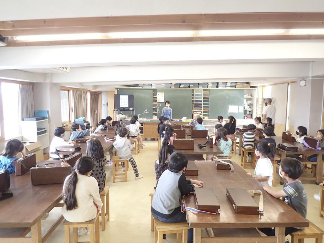 和光小學在入學後的一周,一年級生正在上美術課。