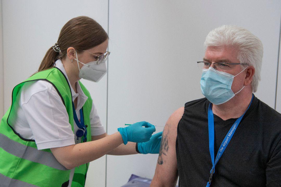 2021年4月20日,德國法蘭克福,一名男子接受BioNTech-輝瑞疫苗注射。 攝:Boris Roessler/Getty Images