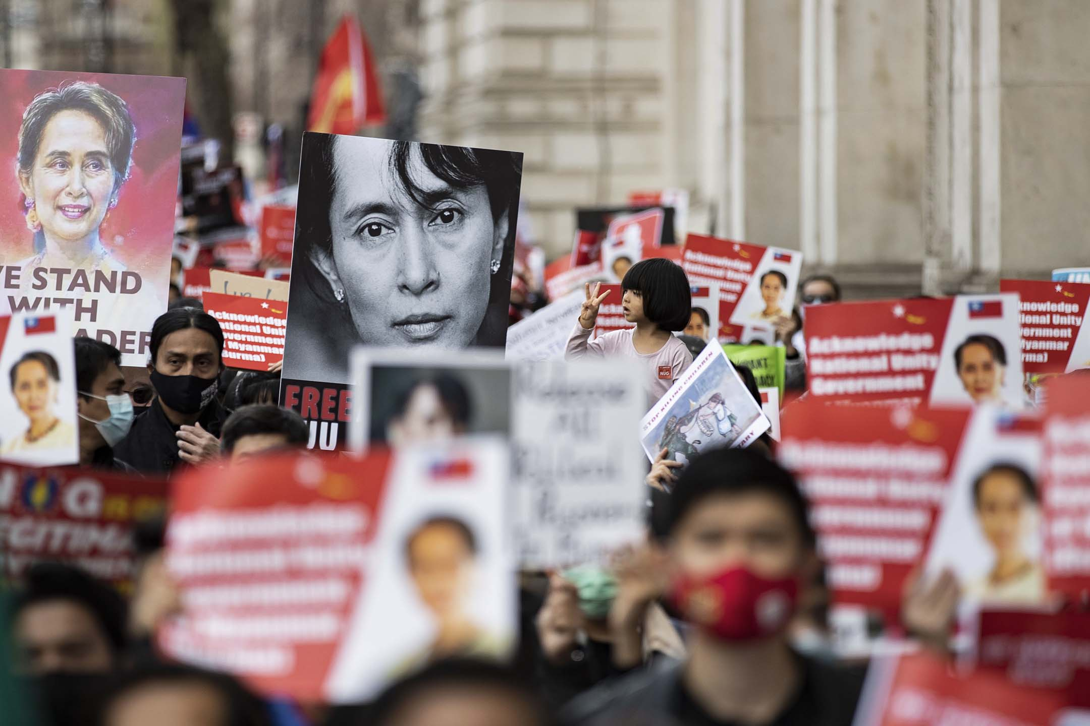 2021年5月2日倫敦,示威者舉行印有昂山素姬的標語牌。
