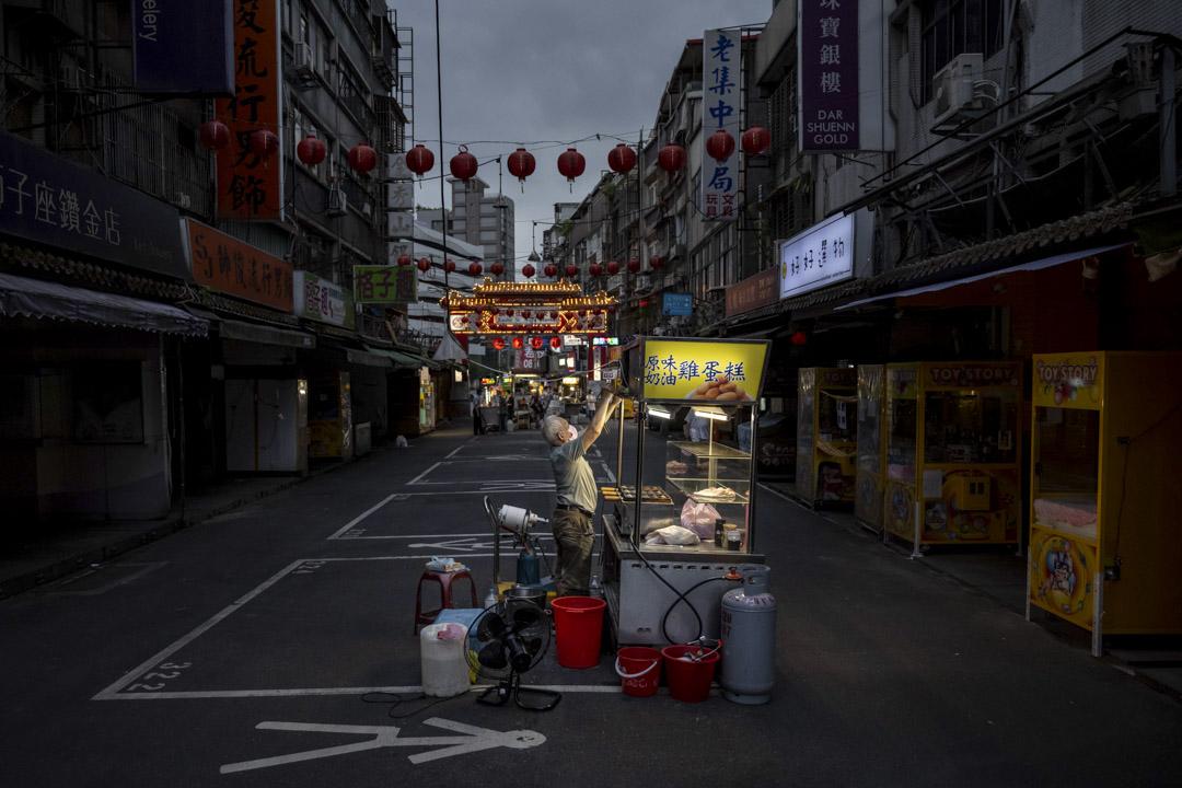 2021年5月21日,台北街上的小攤檔正在營業,街上人流稀少。 攝:Billy H.C. Kwok/Bloomberg via Getty Images