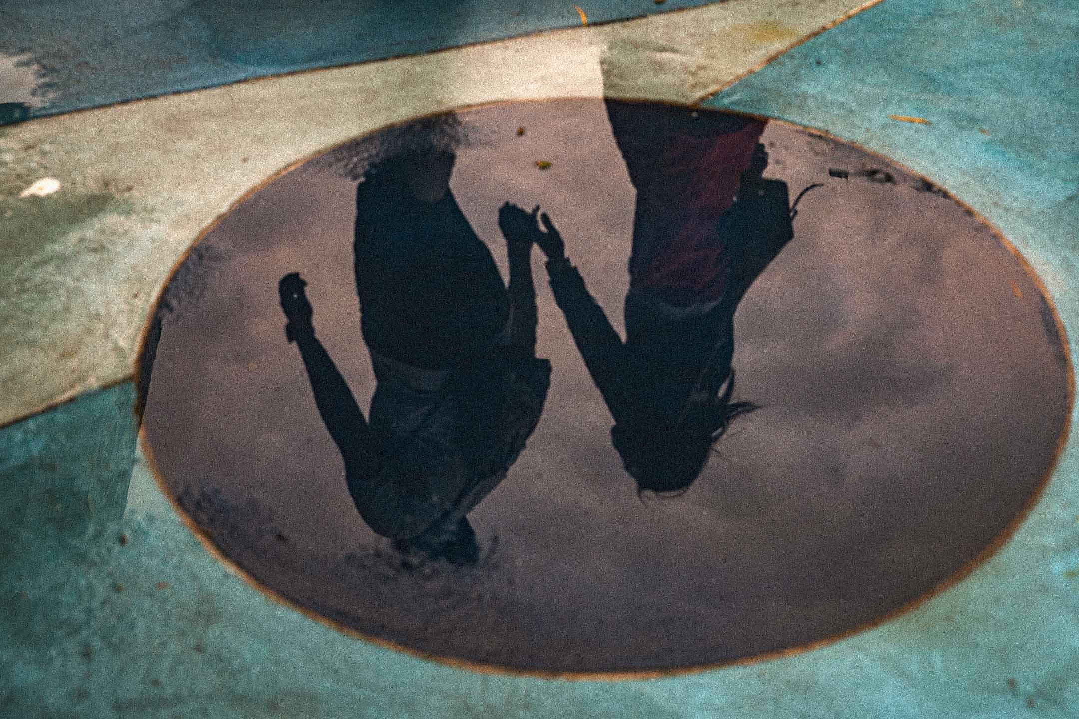 2021年4月27日,一對情侶走過雨後的路。