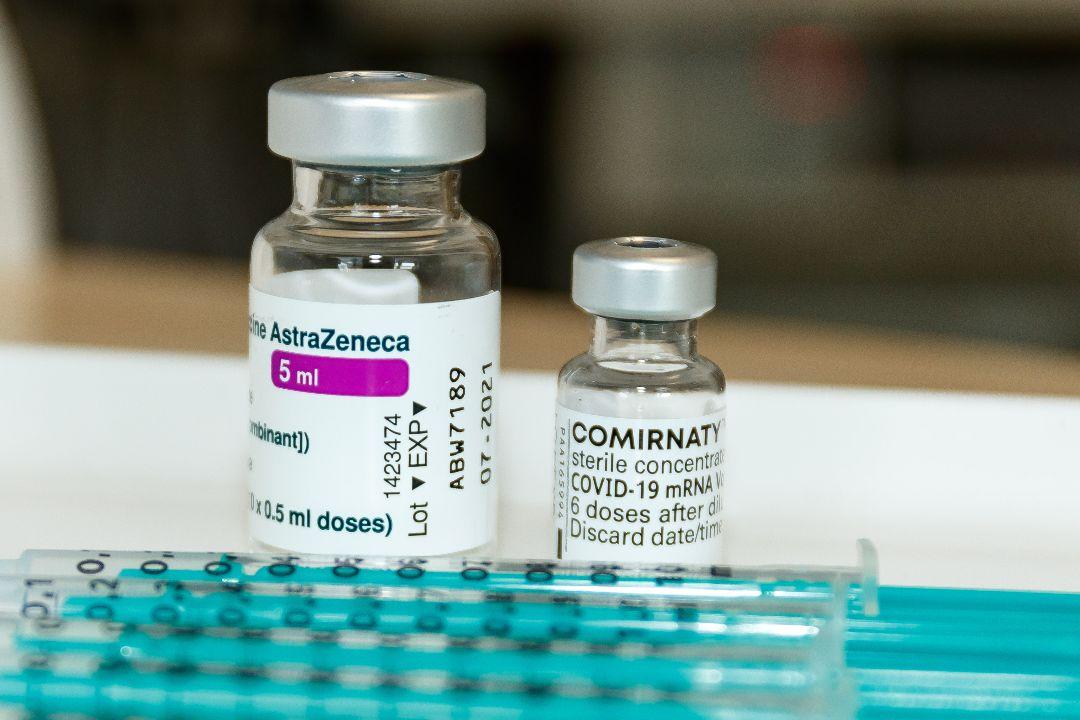 2021年4月20日,德國,BioNTech-輝瑞疫苗和牛津-阿斯利康疫苗。 攝:Mario Hommes/Getty Images