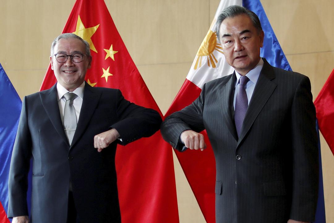 2021年1月16日在菲律賓馬尼拉,菲律賓外交部長洛欽(Teodoro Locsin Jr.)與中國國務委員兼外交部長王毅舉行會談。 攝:Francis Malasig / Reuters