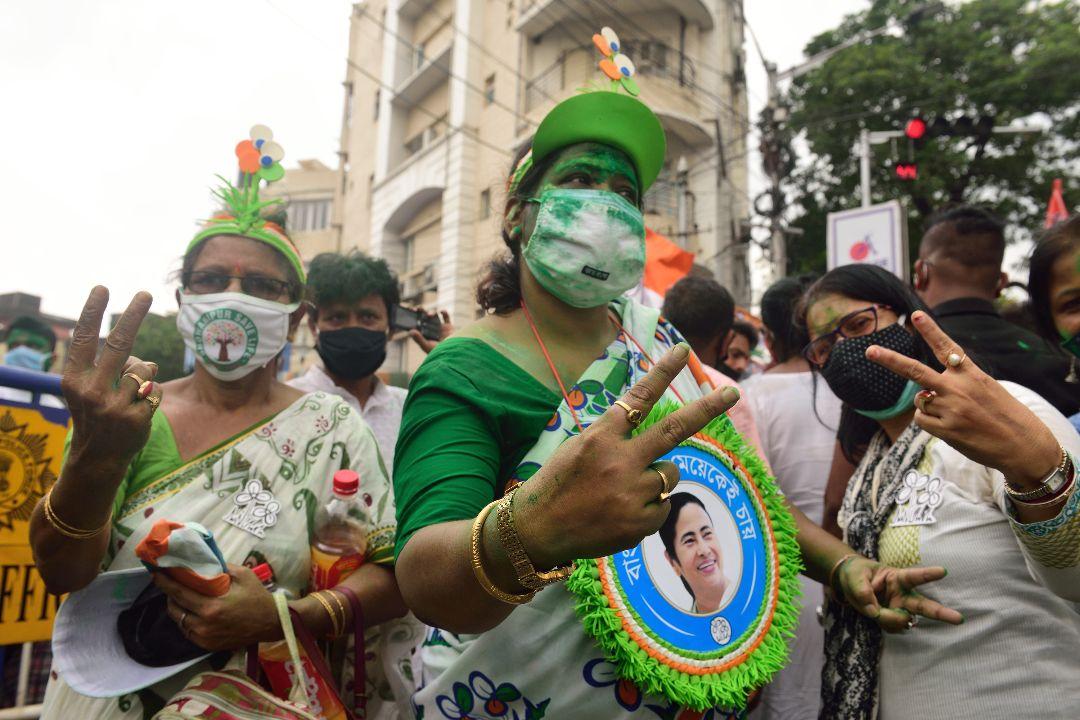 2021年5月2日,印度加爾各答,草根國大黨(AMC)支持者慶祝該黨在西孟加拉邦議會選舉擊敗印度人民黨(BJP)。 攝:Sumit Sanyal/Getty Images
