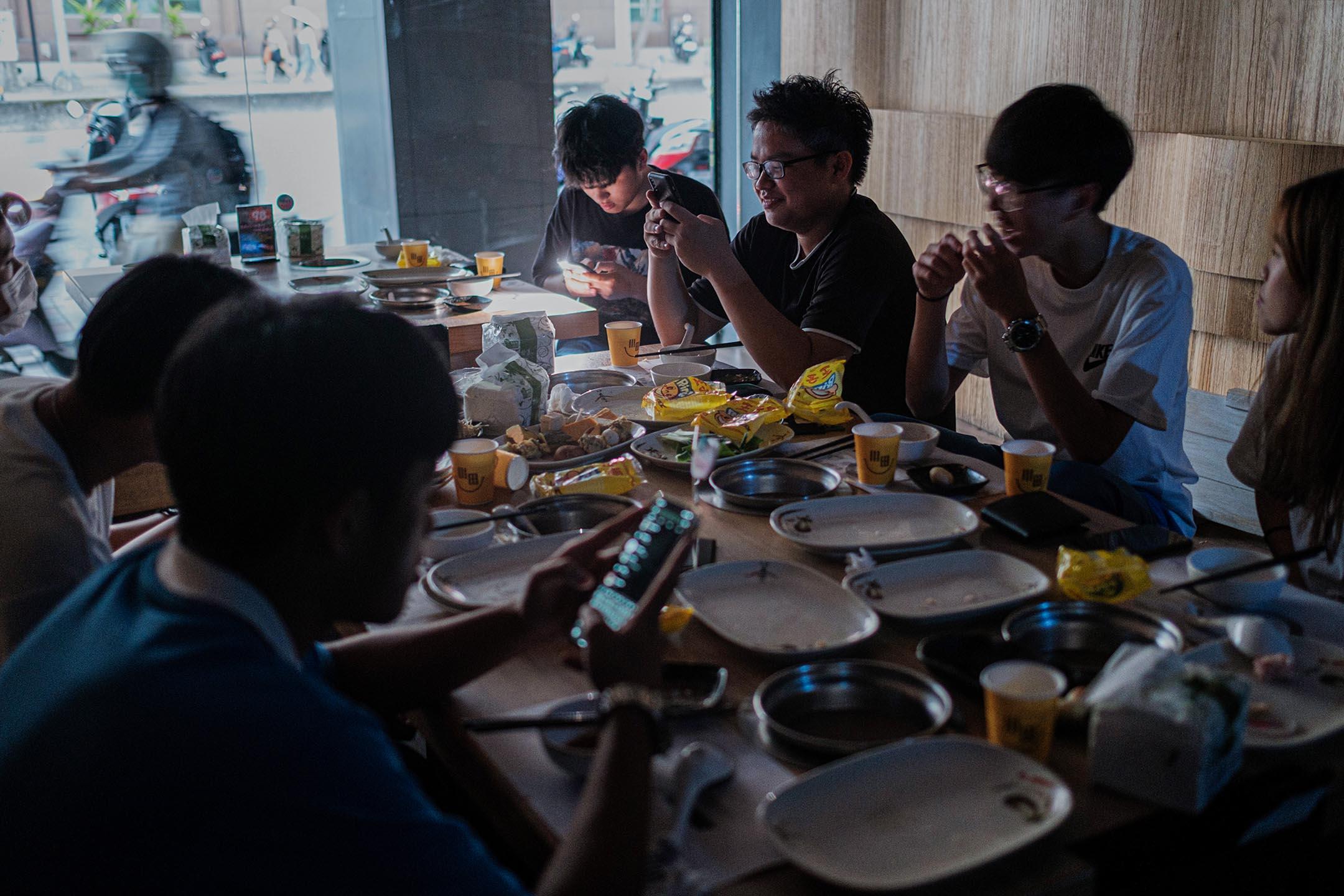 2021年5月13日,台北大停電期間,顧客在食肆內繼續進餐。