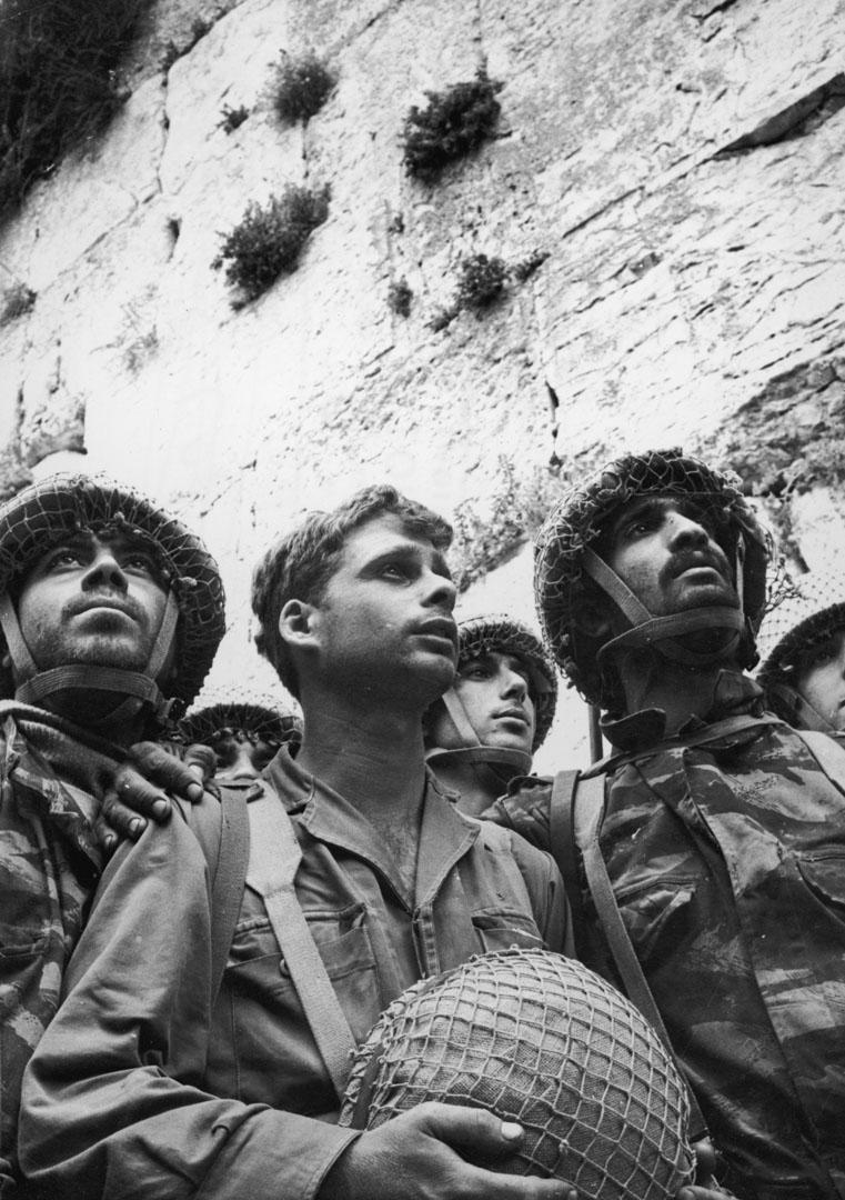 1967年6月9日,六日戰爭,以色列士兵在耶路撒冷舊城哭牆前並排站立。