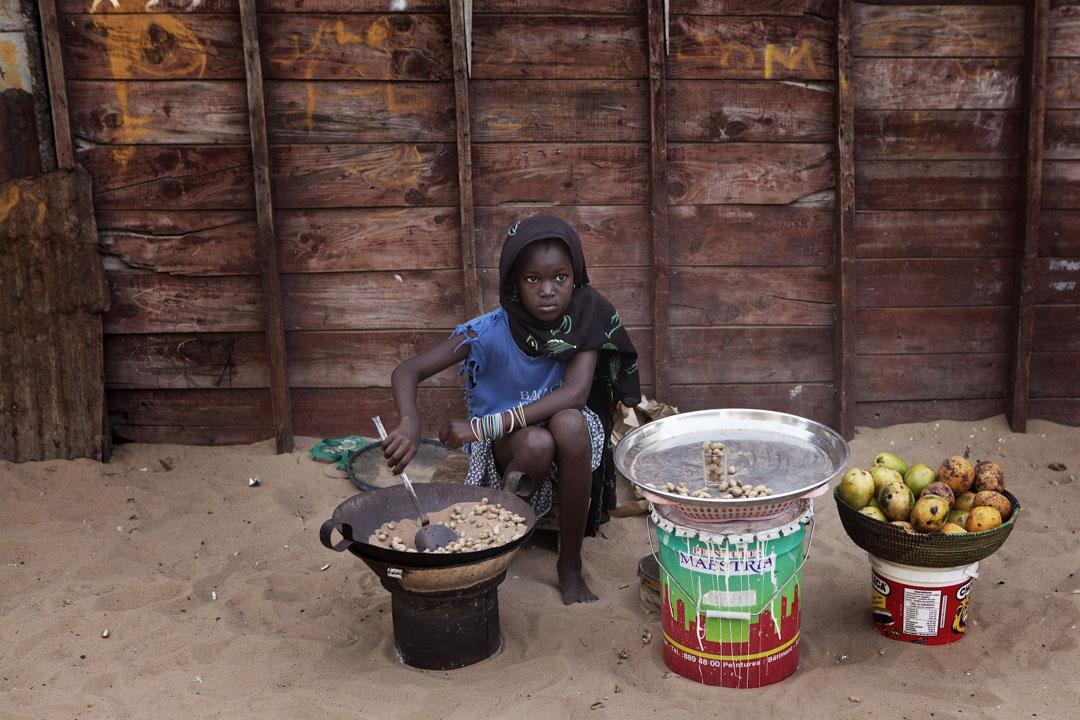 塞內加爾的一個賣花生和芒果的女孩。