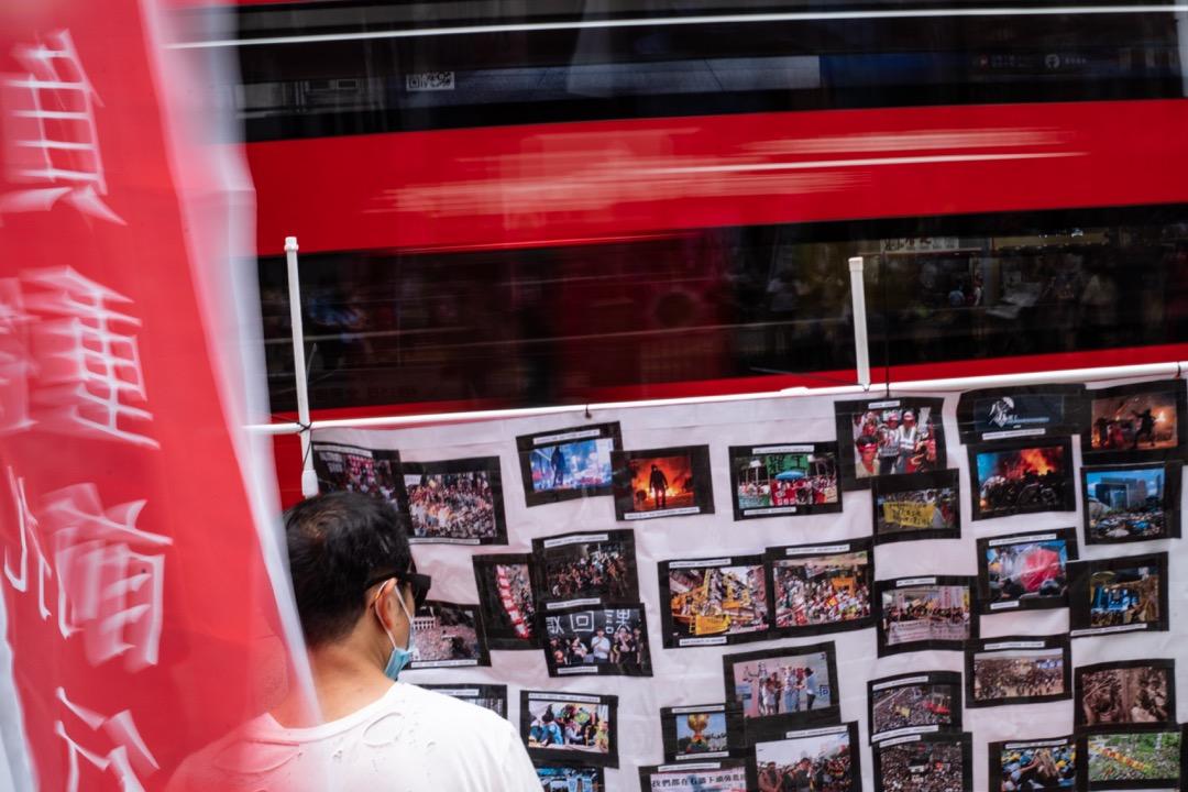 2021年5月1日,勞動節,職工盟以「亂世掙扎,負重前行」為題,在銅鑼灣擺設街站,宣傳橫額上貼上過去香港各大小示威的圖片。