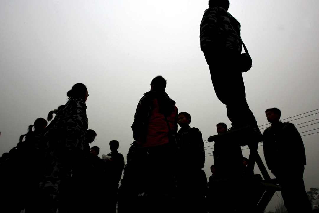 2005年12月30日,成都一間學校的學生被指示站在凳子上,以幫助他們提高耐力。