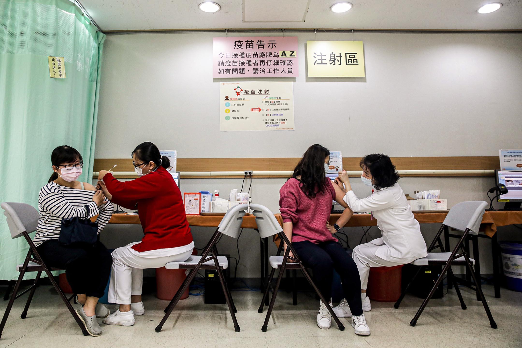 2021年3月22日台北,醫護人員在醫院接種疫苗。 攝:I-Hwa Cheng/Bloomberg via Getty Images