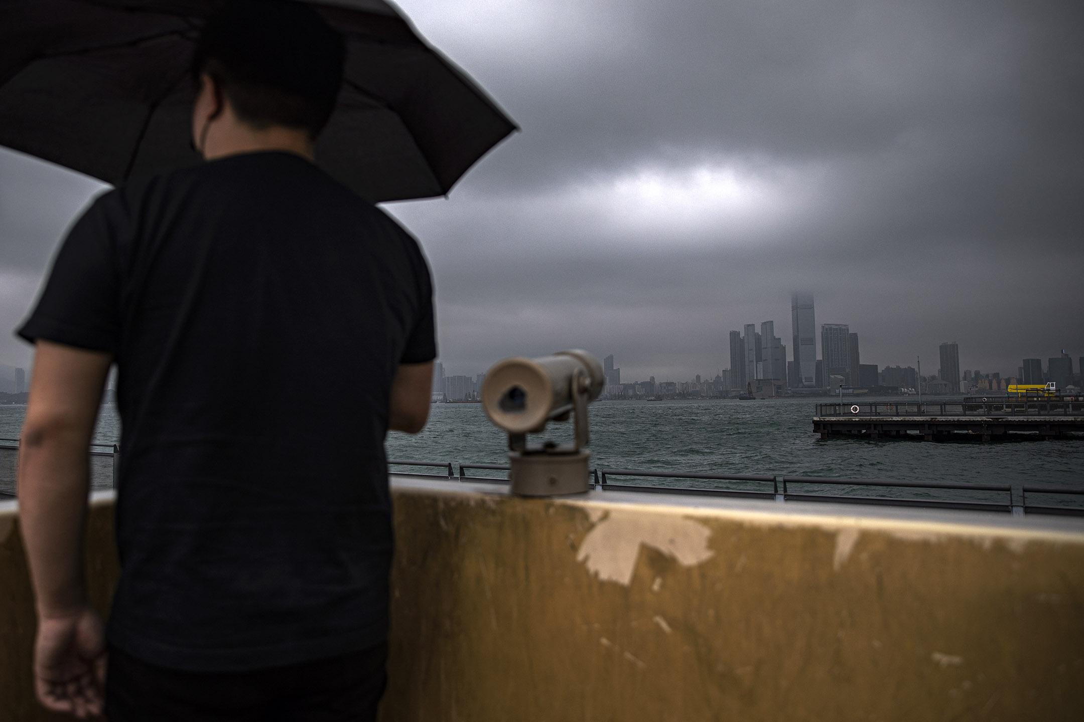 陳民聖(化名),《關注鎖港條例工會聯合陣線》骨幹成員,在香港政局低迷之下,這一工會陣線成為這次反《入境條例》修訂的主要力量。他因工作關係不想上鏡曝光。