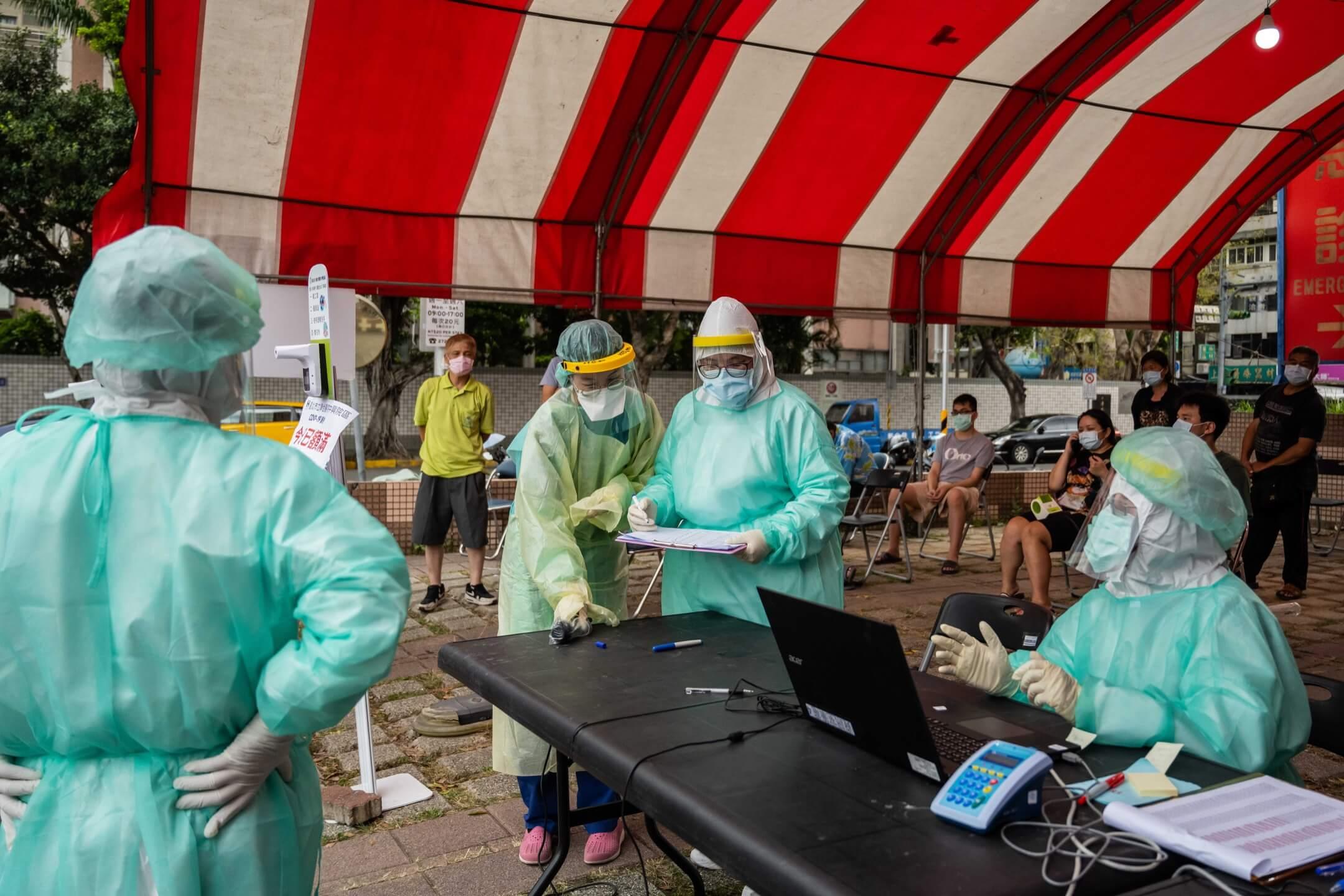 2021年5月17日,穿著保護衣的醫護人員在台北一所臨時新冠病毒快速測試中心工作。 攝:Billy H.C. Kwok/Bloomberg via Getty Images