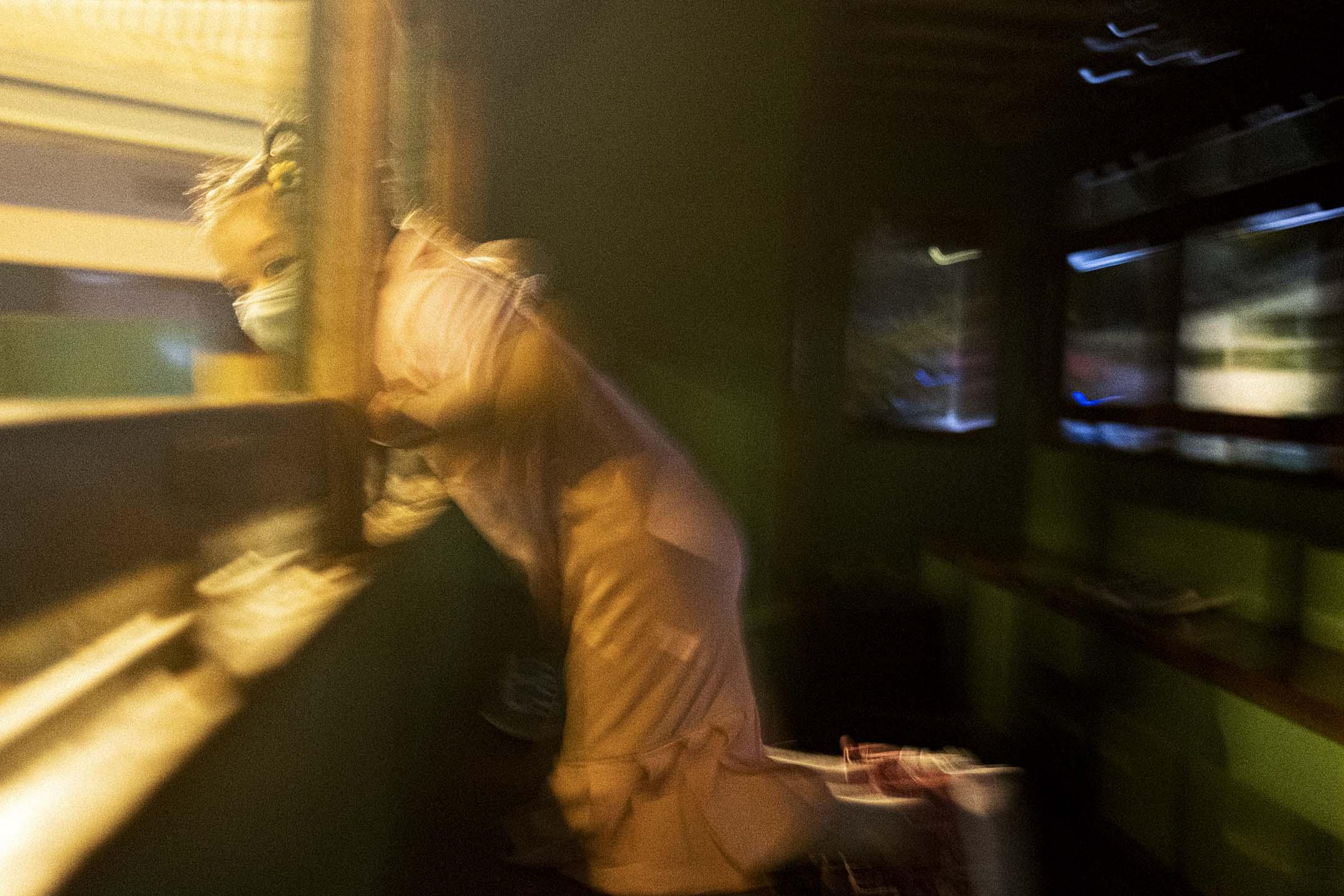 2021年4月7日,一名女孩在香港老大街的電車上。