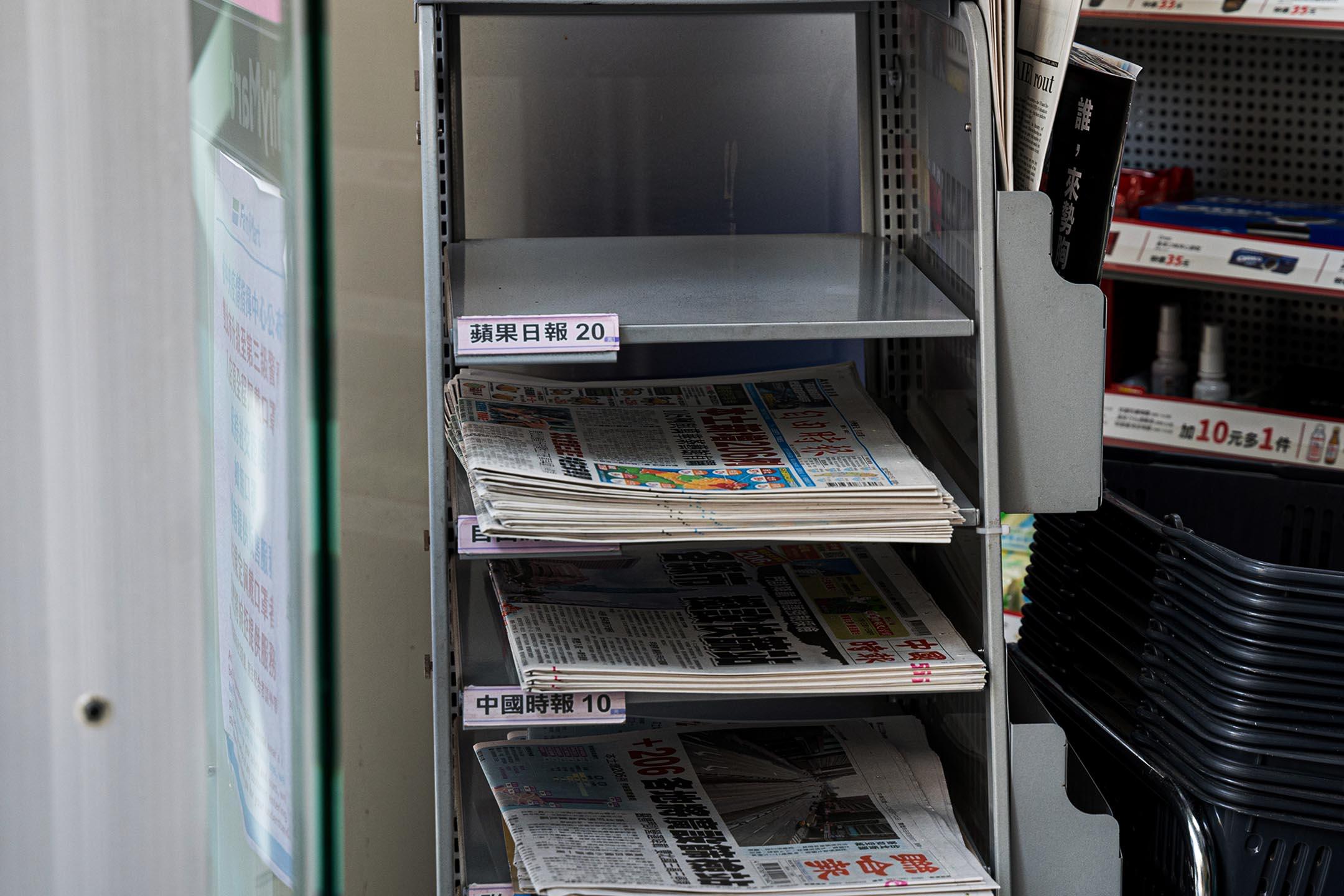 2021年5月17日台北,便利商店內賣光的蘋果日報。