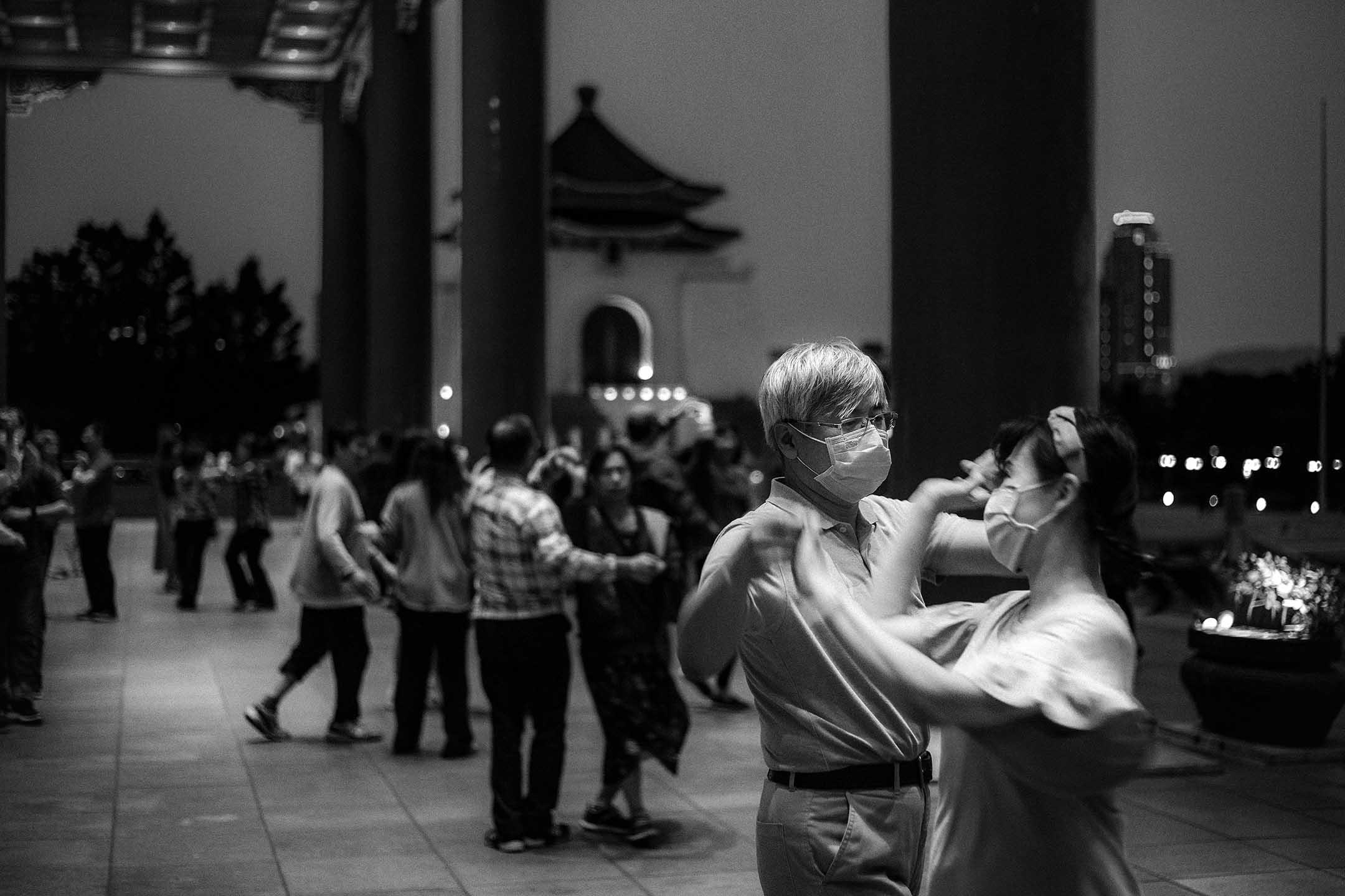 2020年3月29台北,市民在自由廣場上戴著口罩跳舞。