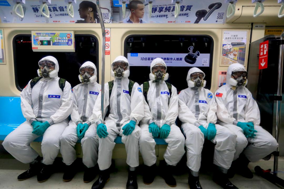 2021年5月26日,台北疫情繼續惡化,國軍化學兵出動在捷運消毒。 攝:Ceng Shou Yi/NurPhoto via Getty Images