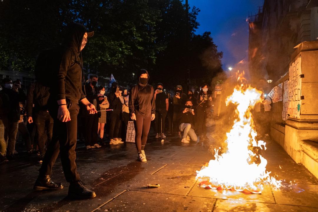 2021年6月4日,英國倫敦有集會悼念六四32週年,期間有示威者焚燒中國國旗。