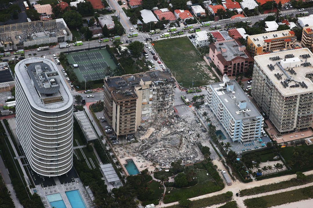 2021年6月24日,美國佛羅里達州瑟夫賽德(Surfside)一棟12層公寓樓部分坍塌。 攝:Joe Raedle/Getty Images