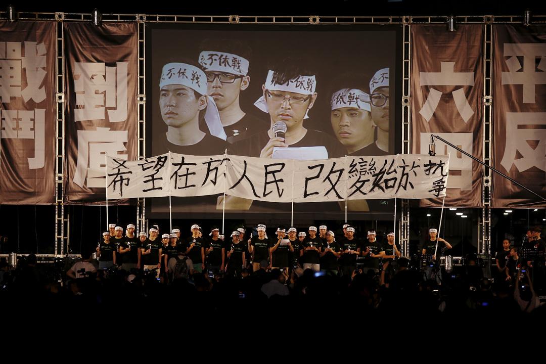 2014年6月4日,六四事件25週年,維園燭光晚會出席人數創了歷年的新高,大會宣布出席人數為18萬人。學生領袖在台上舉起「希望在於人民,改變始於抗爭」,同年人大就香港政改的831決定,觸發持續三個月的雨傘運動。